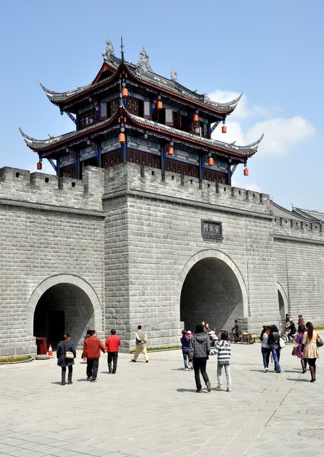Dujiangyan, Chine : Porte cérémonieuse de ville photo libre de droits