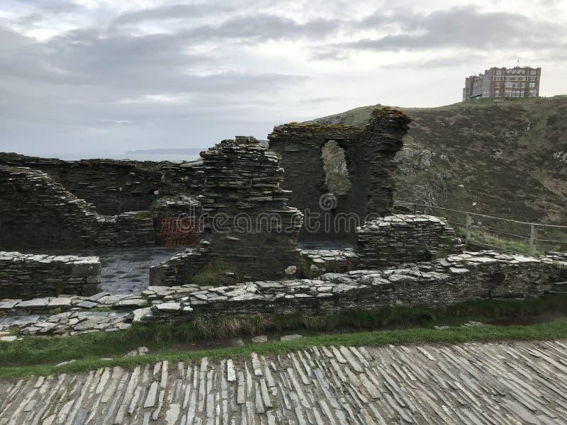 Duke Robert de ruínas do castelo do ` s 1260 de Devon nos blefes de Tintagel, Cornualha fotos de stock