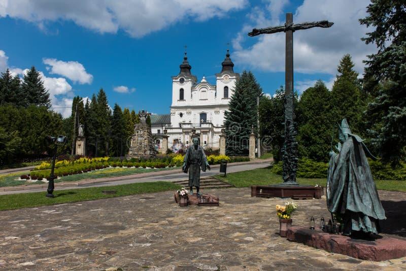 Dukla Polen - Juli 20, 2016: Monument och relikskrin av den St John nollan fotografering för bildbyråer