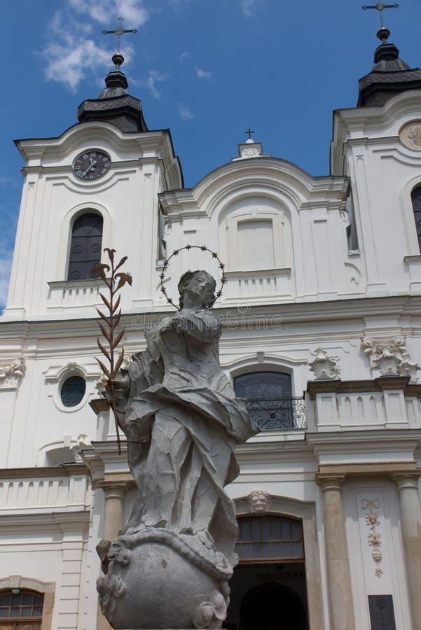 Dukla, Pologne - 22 juillet 2016 : Vieille statue de Mary devant le Th photographie stock libre de droits
