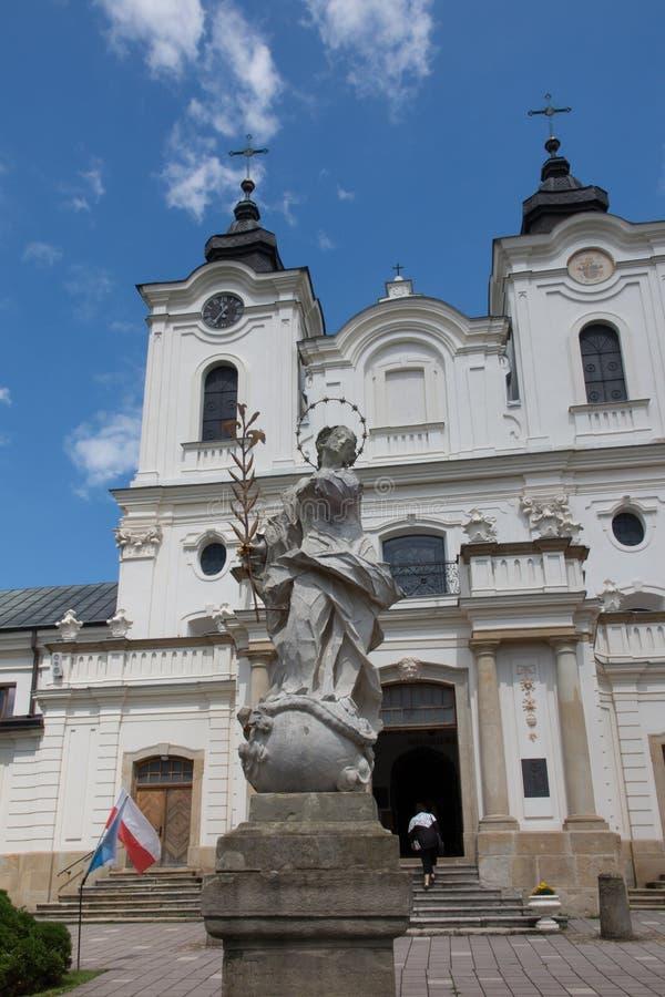 Dukla, Polonia - 22 de julio de 2016: Estatua vieja de Maria delante del th imágenes de archivo libres de regalías