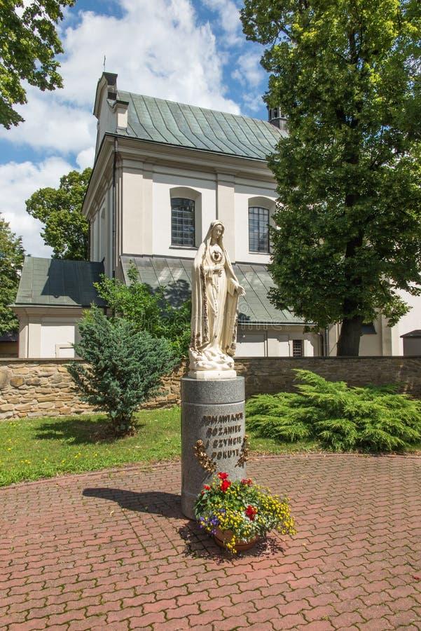 Dukla, Polonia - 20 de julio de 2016: Figura que invita a Maria que ruegue fotos de archivo
