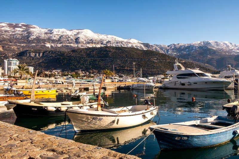 Dukley Marina, Budva, Montenegro: nakrywać góry i zdjęcie royalty free