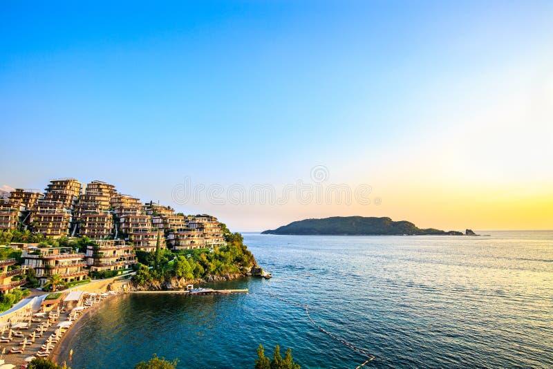 Dukley trädgårdar - elitfastigheten längs Adriatiskt havkust, har moderna villor och lyxiga lägenheter Richsemesterort på solnedg royaltyfri bild