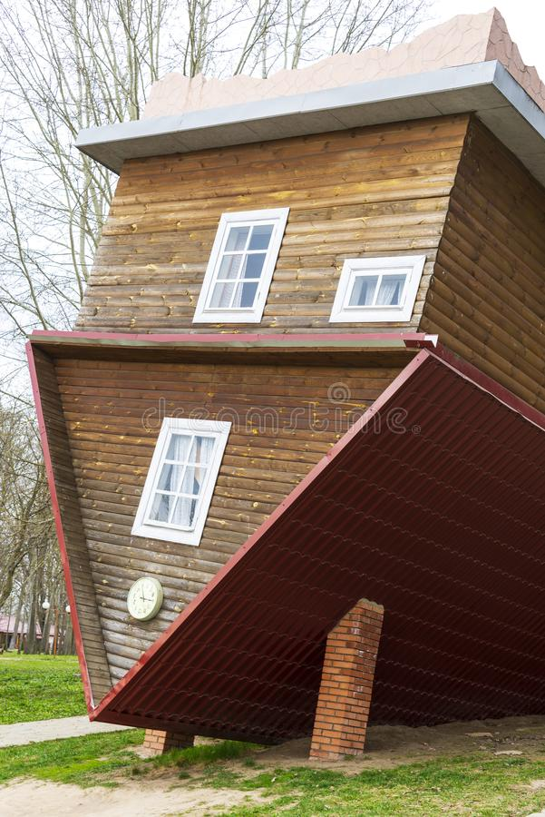 Dukora Vitryssland - April 20, 2019: ett inverterat hus i byn av Dukora i Vitryssland arkivfoto