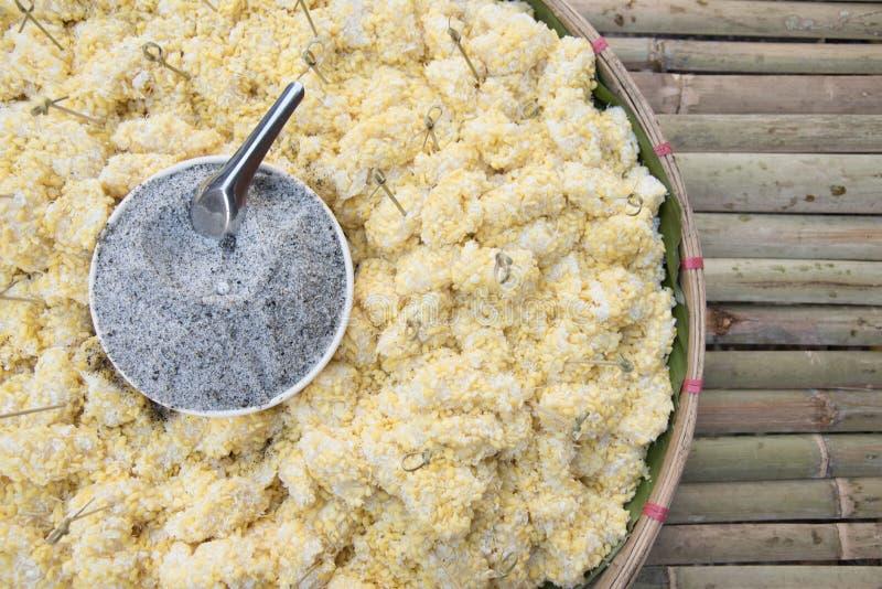 Dulce tailandés de la comida de Asia, soplo de la haba en la tabla de bambú foto de archivo