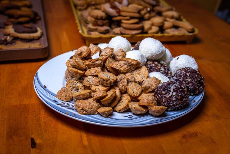 Dulces checos tradicionales de la Navidad, galleta del té, bolas dulces y pan de jengibre en la placa en la tabla de madera imágenes de archivo libres de regalías