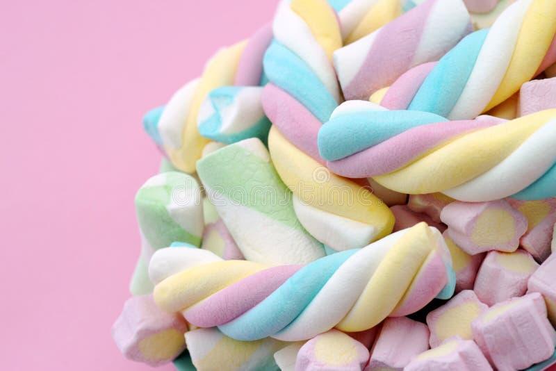 Dulces mezclados con colores en colores pastel imagenes de archivo
