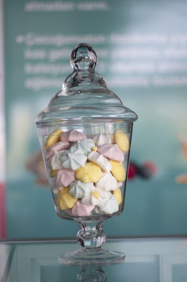 Dulces coloridos en el tarro de cristal imagen de archivo libre de regalías