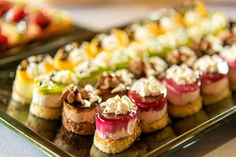 Dulces de abastecimiento, primer de diversas clases de tortas en evento o recepción nupcial fotografía de archivo libre de regalías