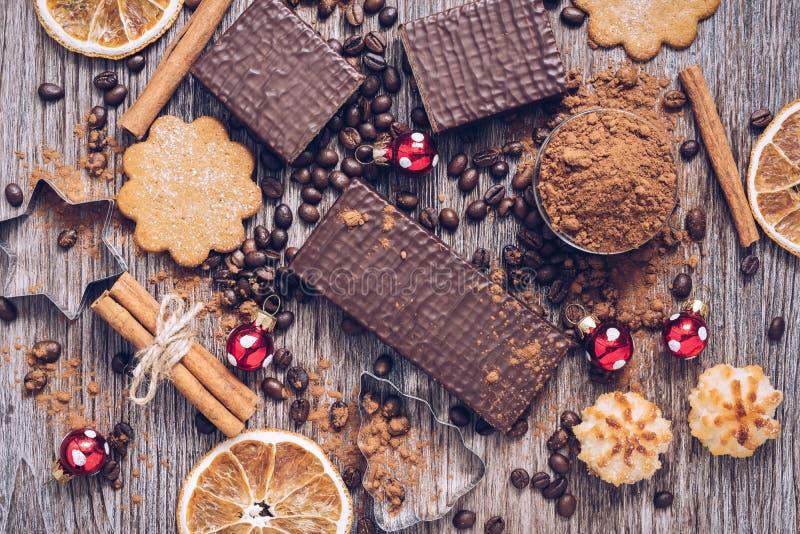 Dulces de la Navidad con las bolas de la Navidad Obleas en chocolate con las galletas y el polvo de cacao fotos de archivo libres de regalías