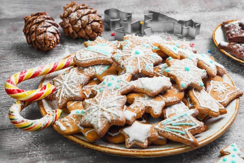 Dulces de la Navidad que cuecen las galletas del pan de jengibre foto de archivo libre de regalías