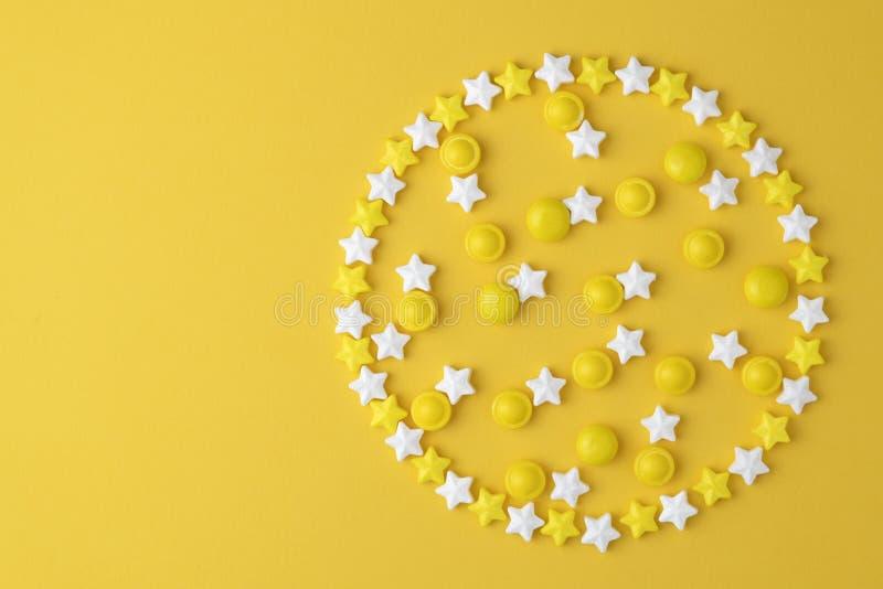 Dulces de las piruletas El caramelo en círculo de la forma, plano de la visión superior pone en fondo en colores pastel amarillo  foto de archivo libre de regalías