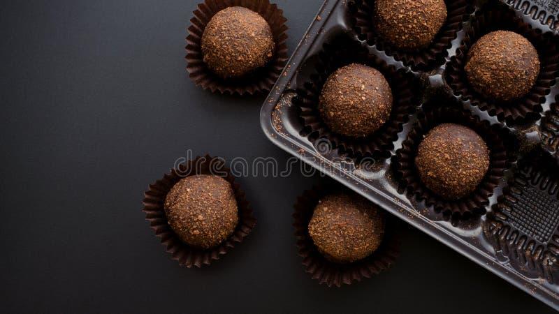 Dulces de los pastelitos del chocolate con la trufa que completa envoltura fotos de archivo