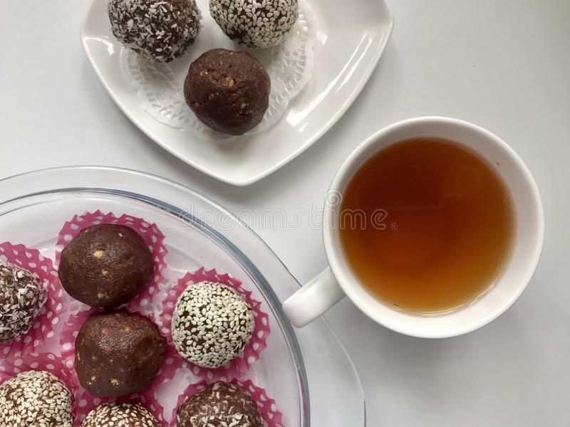 Dulces hechos en casa del cacao y de las galletas tajadas imágenes de archivo libres de regalías