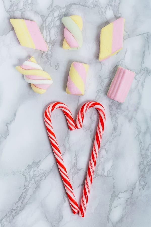 Dulces hermosos del caramelo y melcochas coloridos y deliciosos de la jalea imagenes de archivo