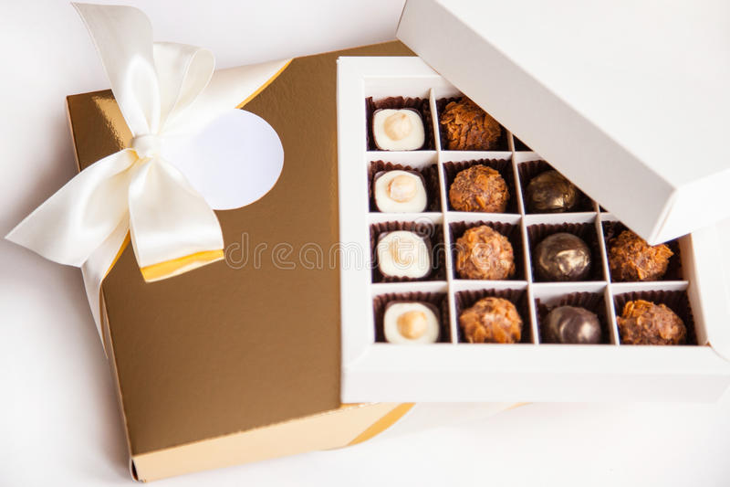 Dulces hermosos en la caja de regalo imagenes de archivo