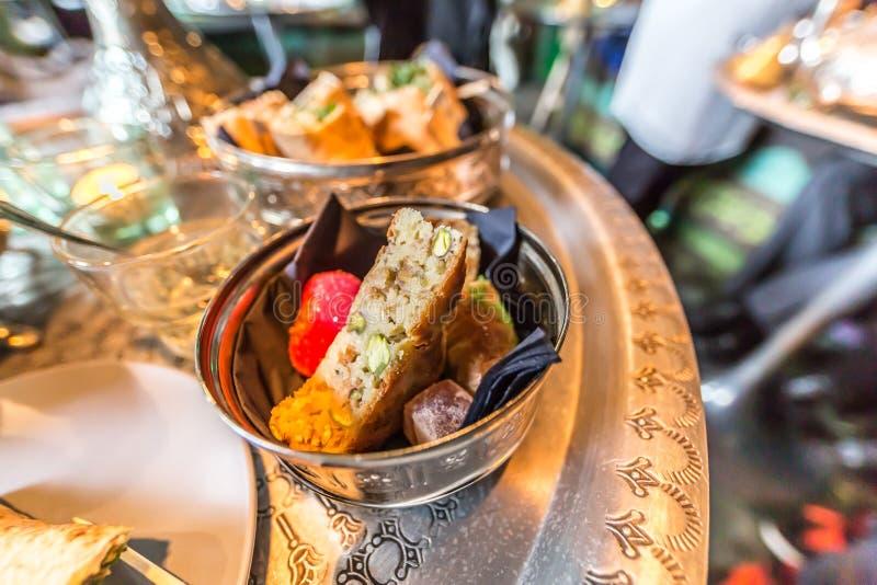 Dulces marroquíes deliciosos en un bol de vidrio en una bandeja de cobre imágenes de archivo libres de regalías