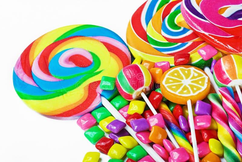 Dulces multicolores y chicle imagenes de archivo