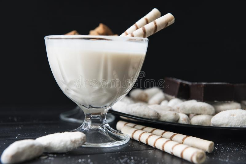 Dulces, paja en la crema, galletas y caramelos en la tabla imagen de archivo libre de regalías