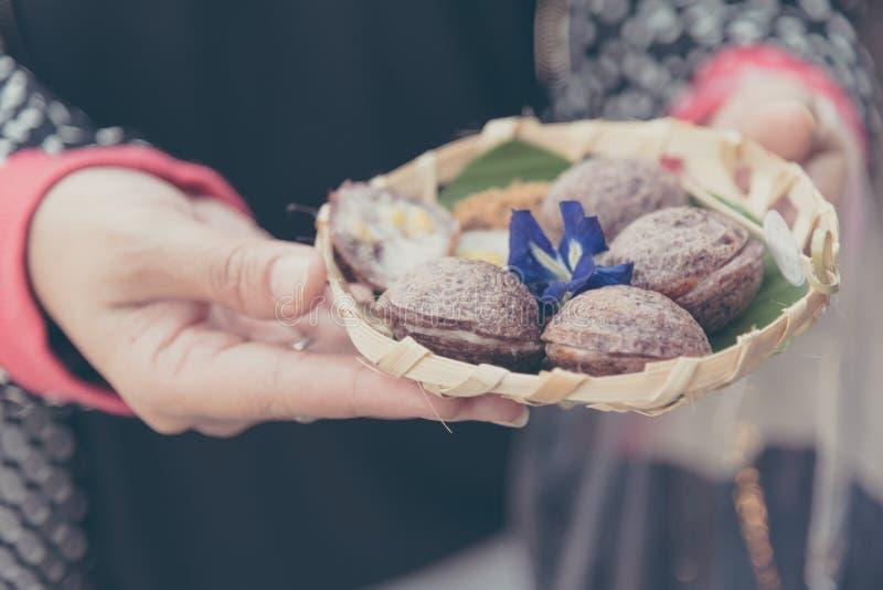 dulces tailandeses del estilo del control asiático femenino de la mano fotos de archivo libres de regalías