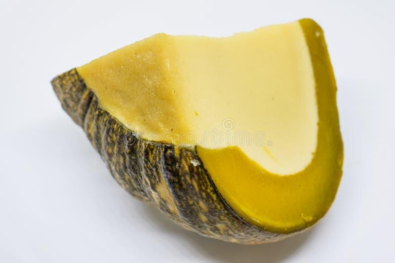 Dulces tailandeses - natillas del huevo en calabaza en el fondo blanco: Natillas de la calabaza, postres tailandeses deliciosos fotografía de archivo