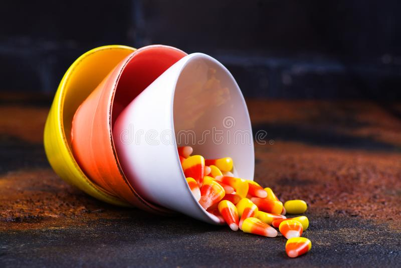 Dulces tradicionales de Halloween - pastillas de caramelo en cuencos coloridos brillantes fotografía de archivo libre de regalías