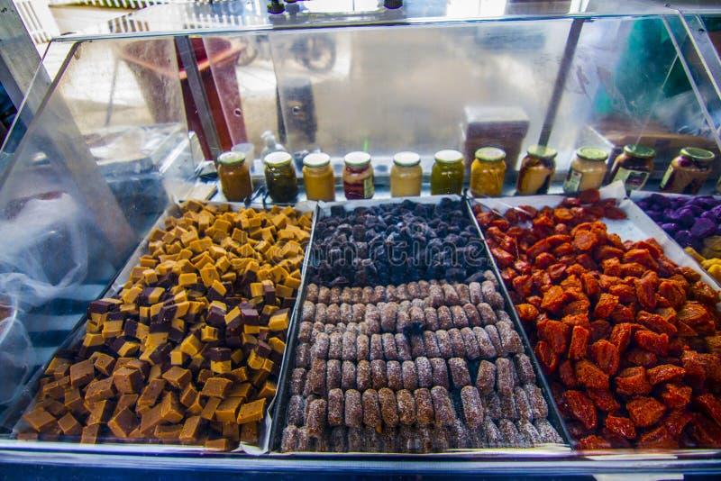 Dulces tradicionales vendedores en el mercado público de Sao José dos campos Brasil imagenes de archivo