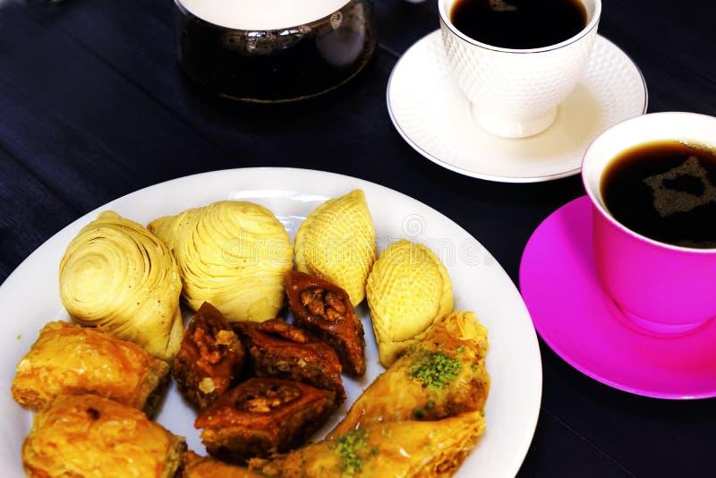 Dulces turcos del este baklava y taza del café imagen de archivo