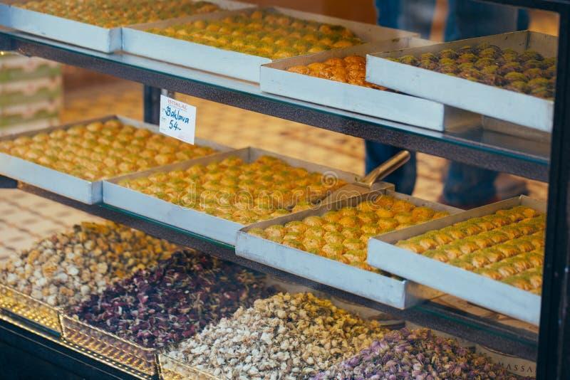 Dulces turcos en el bazar egipcio Estambul Turqu?a imagenes de archivo