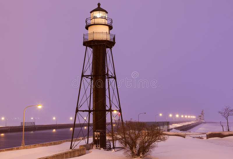 Duluth-Hafen-Südwellenbrecher-innerer Leuchtturm während Schnee stor lizenzfreie stockbilder