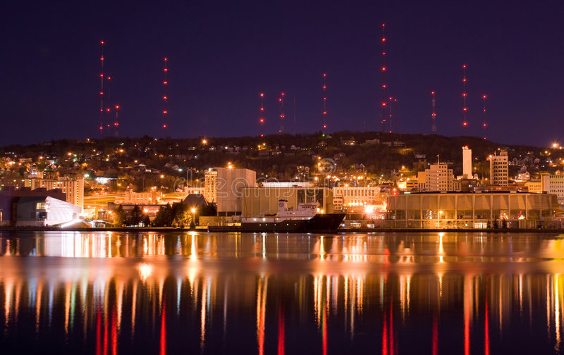 Duluth Minnesota alla notte immagine stock
