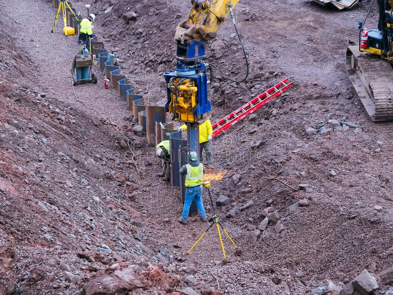 Duluth, Minnesota - 26 de octubre de 2018: Trabajadores de construcción que instalan la nueva barrera cerca del lago foto de archivo