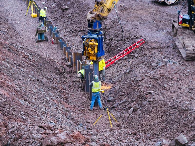 Duluth, Minnesota - 26 octobre 2018 : Travailleurs de la construction installant la nouvelle barrière près du lac photo stock