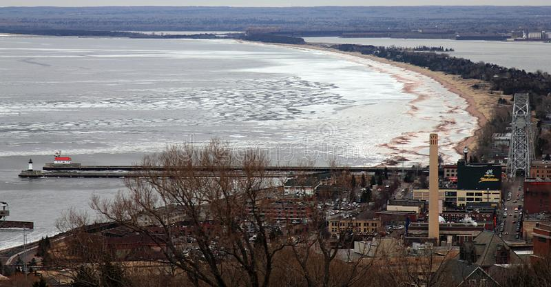 Duluth, Minnesota Weergeven van het hoogste punt van de stad op Meermeerdere royalty-vrije stock foto