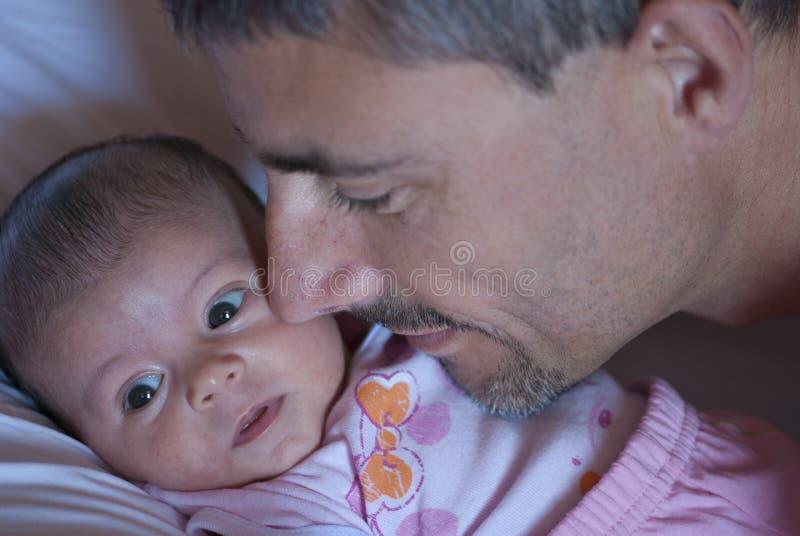 Dulzor del padre para su hija imagen de archivo libre de regalías