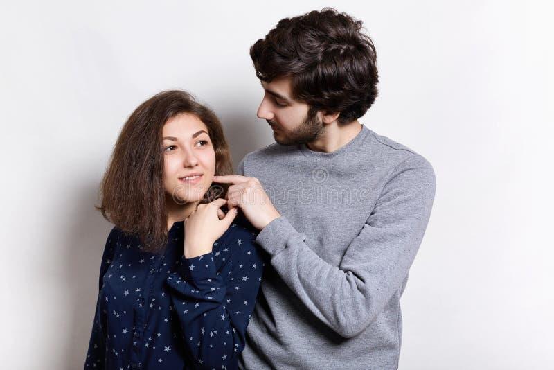 Dulzura y sensualidad Un tiro del inconformista barbudo que toca blando su pelo de la muchacha Mujer y hombre en amor Movimiento  fotografía de archivo libre de regalías