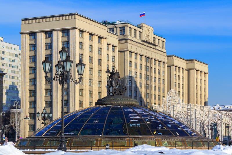 Duma de estado da construção da Federação Russa em Moscou Vista do quadrado de Manege fotografia de stock