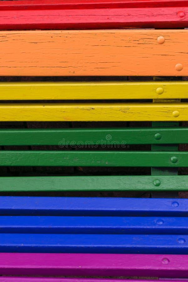 Duma dnia pojęcie Drewno od ławki malującej w tęczy barwi obrazy stock