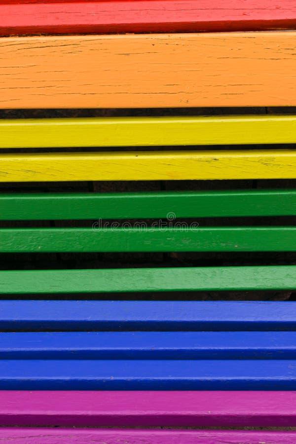 Duma dnia pojęcie Drewno od ławki malującej w tęczy barwi zdjęcie stock