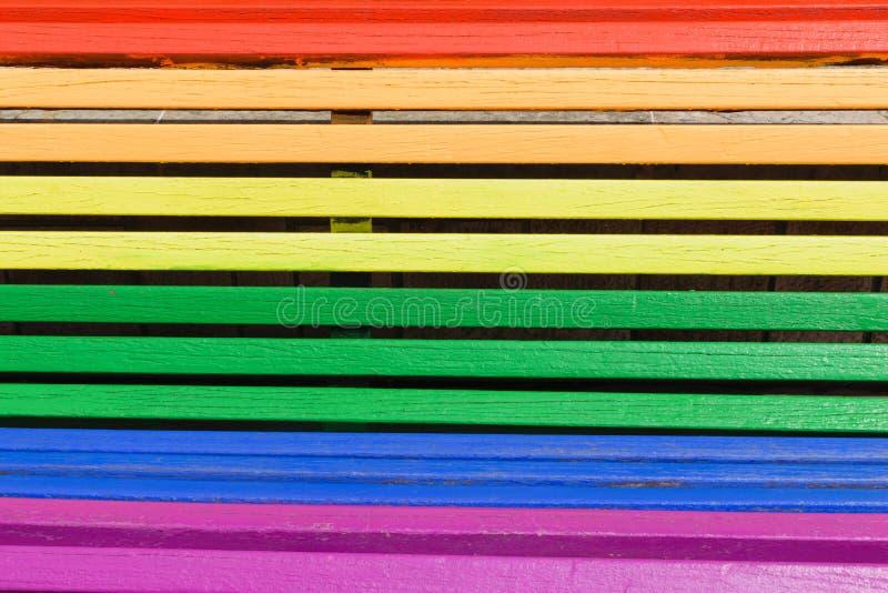 Duma dnia pojęcie Drewno od ławki malującej w tęczy barwi fotografia stock