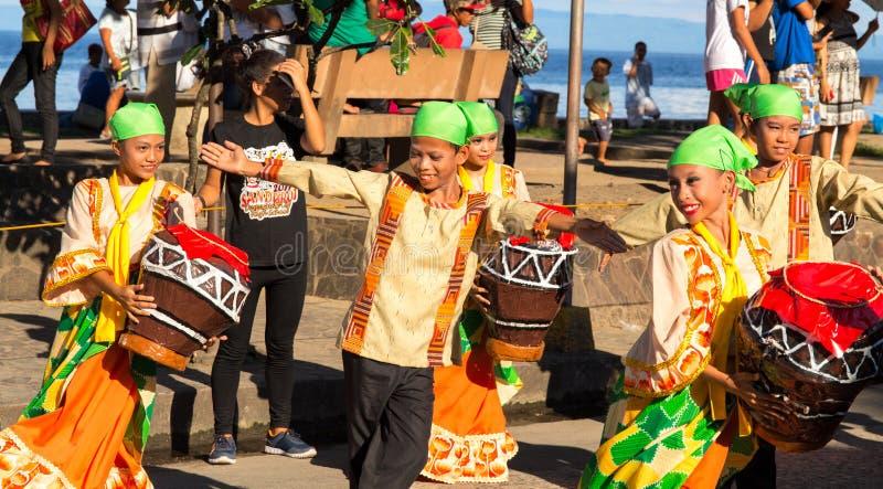 Dumaguete, Филиппины - 16-ое сентября 2017: танец улицы на фестивале Sandurot Дети в национальном костюме стоковые изображения rf