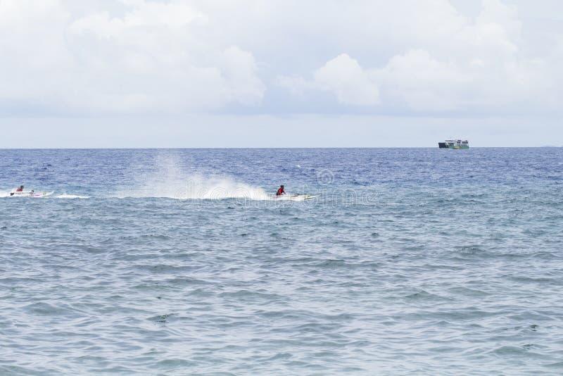 Dumaguete, Filipinas - 13 de mayo de 2017: paisaje del mar con los barcos y los marineros locales imagen de archivo
