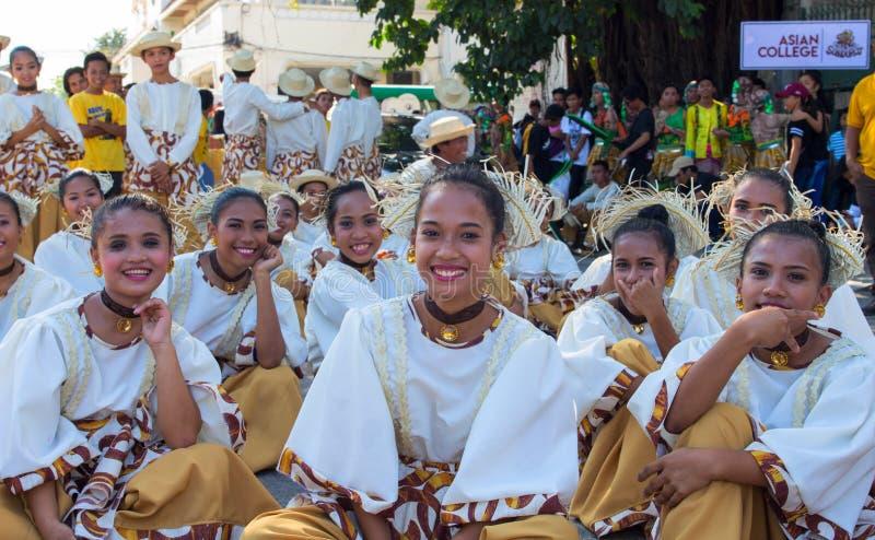 Dumaguete, Filippijnen - 16 September, 2017: De actoren die van het Sandurotfestival vóór prestaties rusten stock afbeeldingen