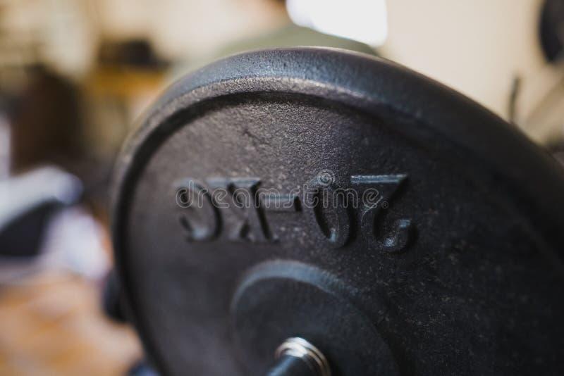 Dumbbell 20 kilogramos para mantenerse en forma joven y fuerte en un gimnasio foto de archivo