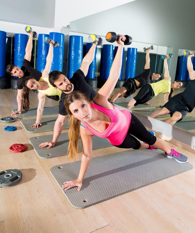 Dumbbell pcha up grupowego czynnościowego szkolenie przy gym zdjęcia stock