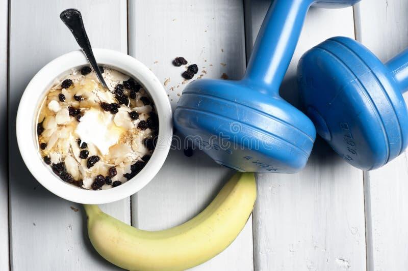 Dumbbells i puchar z jogurtem obraz stock