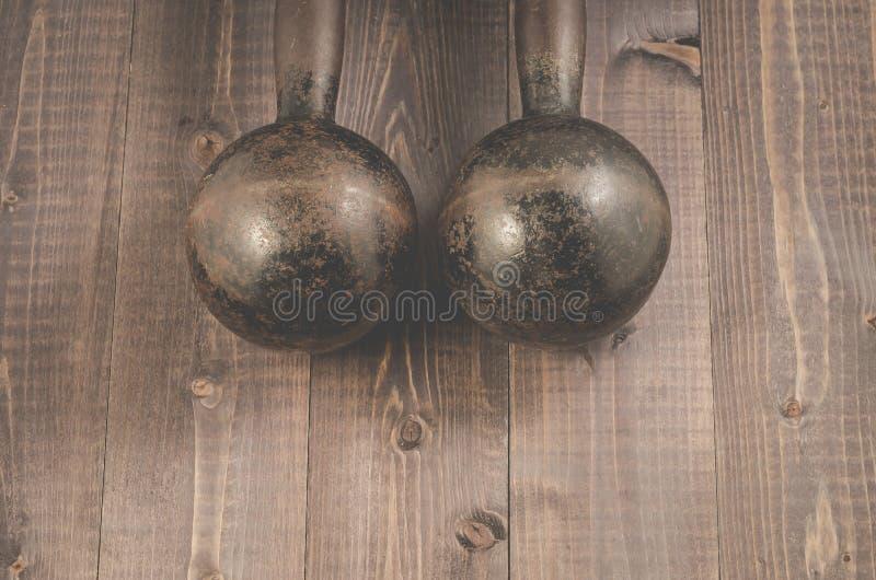 Dumbbells w gym, Dumbbells w sprawności fizycznej gym na ciemnym drewnie sprawności fizycznej/ obraz royalty free
