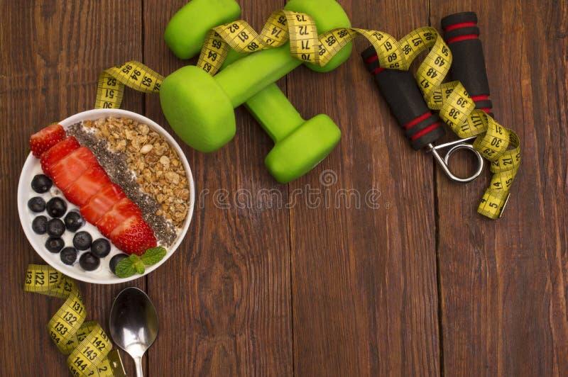 Dumbells、卷尺和健康食物 健身 免版税库存图片