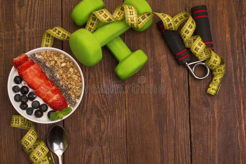 Dumbells, meetlint en gezond voedsel Geschiktheid royalty-vrije stock afbeelding